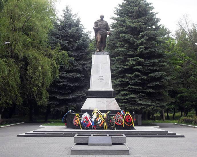 Братская могила советских воинов и «Вечный огонь»